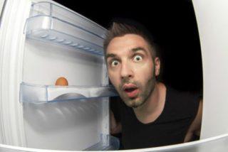 Un hombre se esconde en un frigorífico durante una noche entera tras ser atacado por un feroz cocodrilo