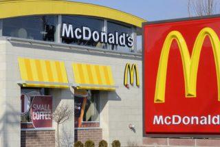 Hombre entra desnudo a un McDonald's y apuñala a un cliente
