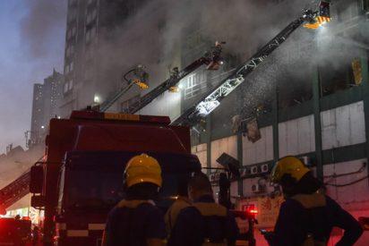 Un hombre salta desde la ventana de una casa en llamas y vecinos le salvan la vida