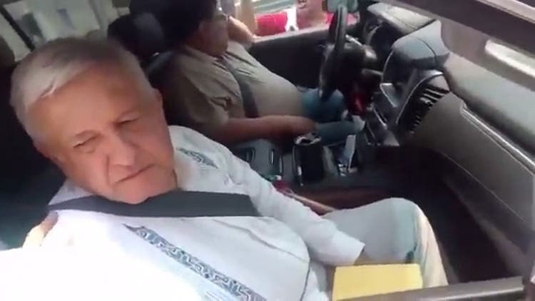"""Mexicanos interceptan el convoy de López Obrador para encararse: """"Confiamos en usted y así nos paga"""""""