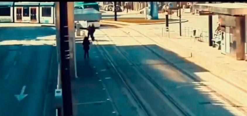 El terrorífico momento en que una invidente cruza las vías del Metro cuando llega un convoy (VÍDEO)