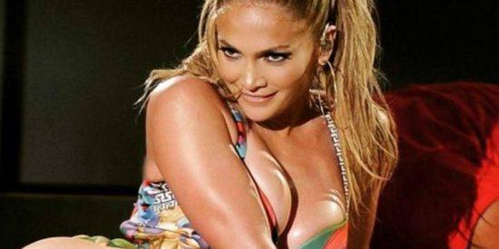 Jennifer López lleva al límite a su osado escote: A un suspiro de mostrarlo todo