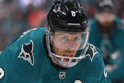 Este jugador de la NHL pierde varios dientes al marcar un gol con la cara
