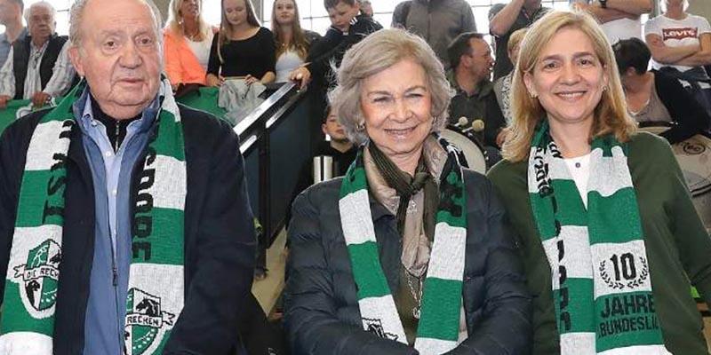 Los reyes Juan Carlos y Sofía dan otra lección a Letizia: fans en el balonmano con la madre de Urdangarin