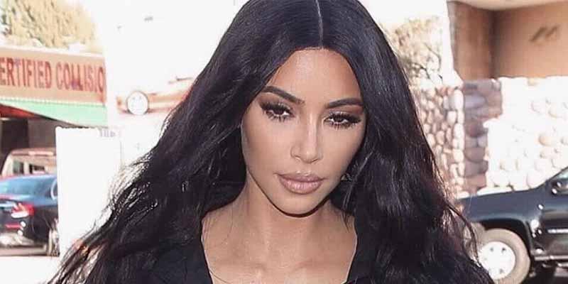 Kim Kardashian con un traje negro 'Matrix' pero muy ajustado