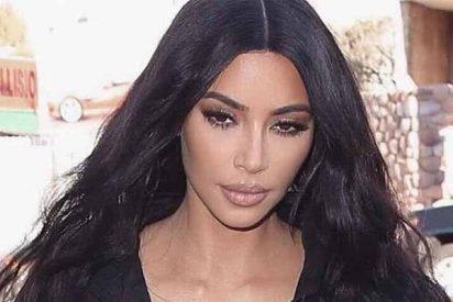 Kim Kardashian se sube al avión, se levanta la falta y exhibe piernas y muslamen