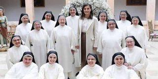 La Reina Letizia se mete en un convento, se apunta a misa y va de procesión