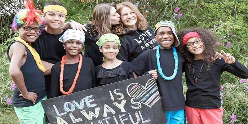 """""""No fue un accidente"""": Autoridades confirman que la pareja de lesbianas se lanzó al vacío con sus 6 hijos adoptivos"""