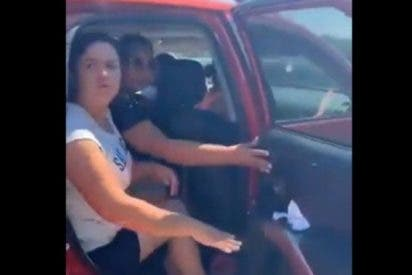 Vídeo: Policía mexicana persigue un coche para devolverle al hijo que olvidaron en una tienda