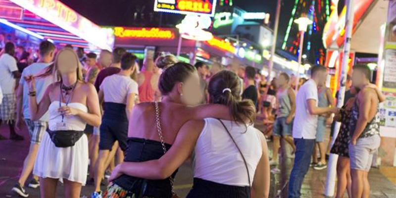Detienen a una turista británica en Magaluf por cortar el cuello a una amiga con un vaso