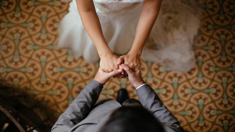 Novia exige que una dama de honor pague toda su boda por eclipsarla