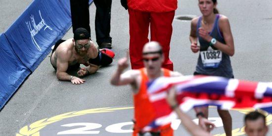 Conmovedor: La historia del marine que se arrastró a la meta en la Maratón de Boston