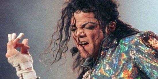 Salen a la luz imágenes de la cama de Michael Jackson al morir: drogas, notas extrañas y una muñeca diabólica