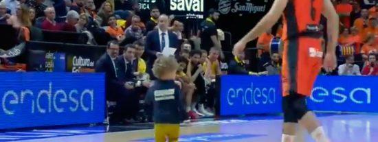 Un 'miniespontáneo' se cuela en la cancha de un partido de baloncesto de la Liga Endesa