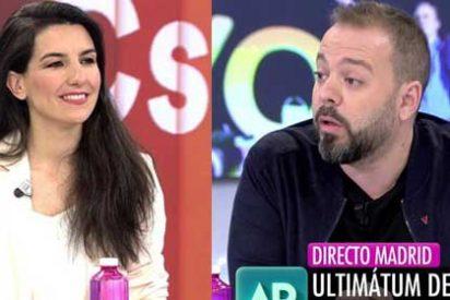 """Rocío Monasterio retrata a Maestre por sus aires de reportero estrella: """"Tú tienes de buen periodista lo que yo de rubia"""""""