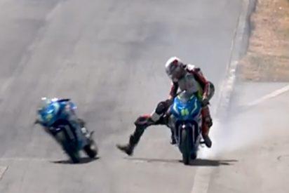Pelea sobre ruedas: estos dos motociclistas protagonizaron una sucia pelea en plena carrera