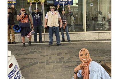 Esta chica musulmana posa ante unos manifestantes y se hace viral