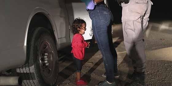 """La estremecedora imagen """"Niña llorando en la frontera"""" ganó el World Press Photo 2019"""