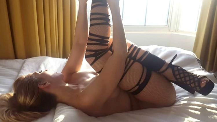La cantante Noelia demuestra su talento para el porno con un picaro micro vestido