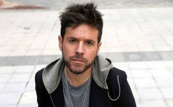 El cantante Pablo López sorprende a los pasajeros del metro de Madrid con una emotiva actuación