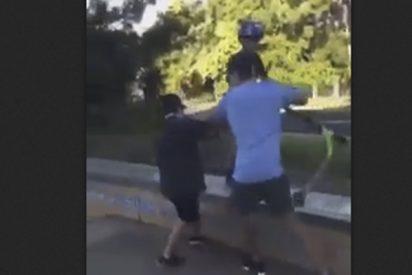 Padre agarra a un niño por la garganta y empuja a otro para defender a su hijo