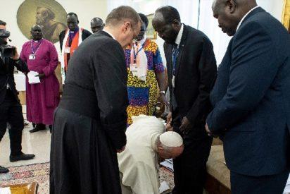 ¿Sabes por qué el papa Francisco besa los pies de los líderes de Sudán del Sur?