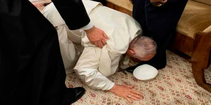 El Papa se tira al suelo y besa los pies de los rivales de Sudán del Sur para que dejen de matarse