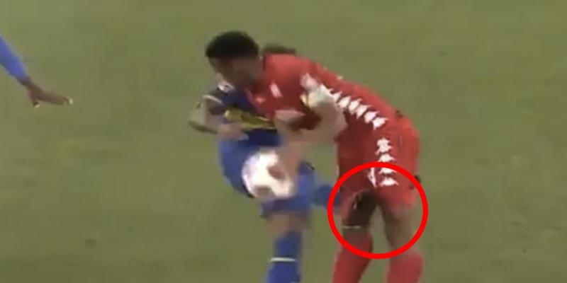 Este futbolista perdió la cabeza y pegó esta grosera patada a un rival