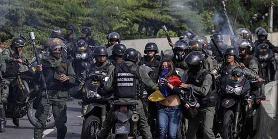 Vídeo: Militares venezolanos se le voltean a Maduro y desobedecen la orden de atacar a civiles