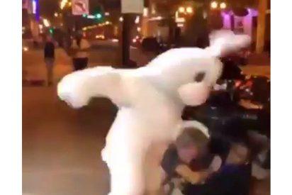 Feroz pelea callejera entre un 'conejo de Pascua' y una pareja en EE.UU.