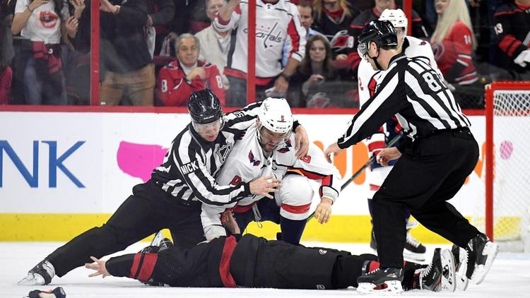 El brutal nocaut en una pelea de hockey sobre hielo