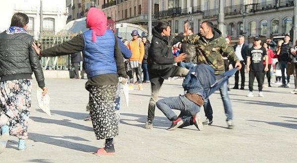 El mundo al revés: Expedientado un agente antidisturbios al disolver una pelea de indigentes en la Puerta del Sol