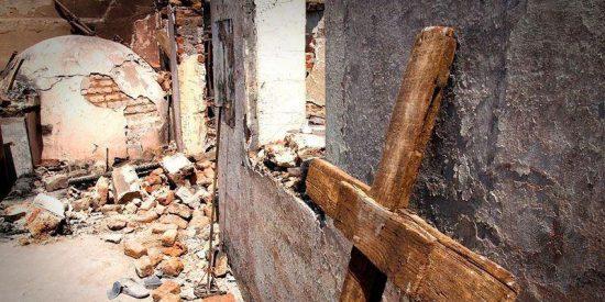 Queman varias cruces y profanan un cementerio cristiano en Indonesia