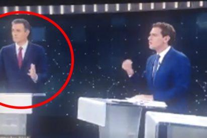 Las cámaras de TVE pillan a Sánchez abroncando al moderador del debate electoral