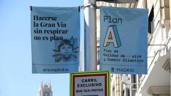 La Junta Electoral vuela por los aires la última trampa de Carmena y exige la retirada de los carteles de calidad de la atmósfera