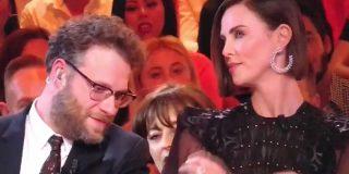 Este presentador se pasa de listillo y besa sin su consentimiento a Charlize Theron y la actriz le deja en ridículo en directo