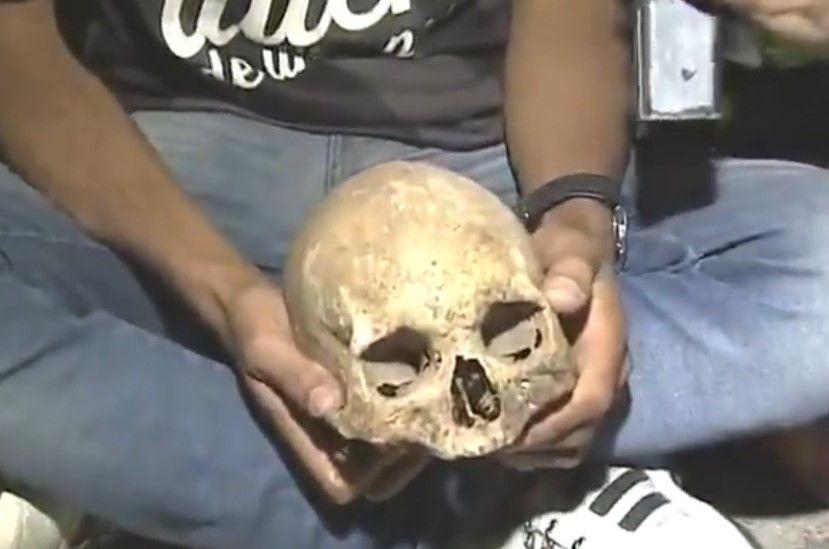 Hincha lleva el cráneo de su abuelo a festejar el campeonato de su equipo de fútbol