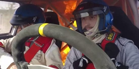 Momento en el que se incendia un vehículo de 'rally' con sus dos pilotos dentro