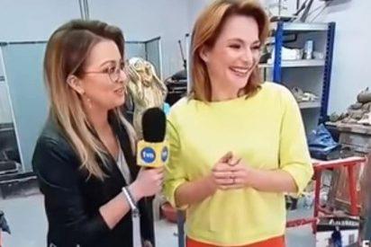 El abochornante momento en el que esta torpe reportera hace fosfatina la escultura de la artista a la que entrevista