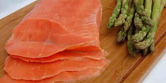 salmón y espárragos