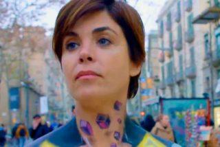 La periodista Samanta Villar pasea desnuda por Las Ramblas ante la mirada atónita de los transeuntes