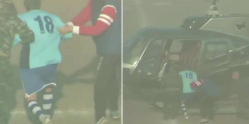 Helicóptero aterriza en un estadio en medio de un partido y 'secuestra' a un futbolista