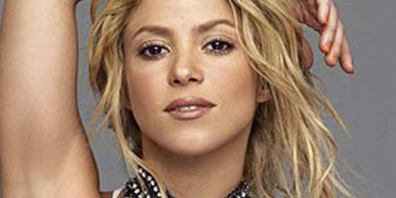Shakira enseña su mini tanga por descuido y las redes arden
