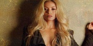 Shakira se desabrocha la camisa sin ropa interior debajo