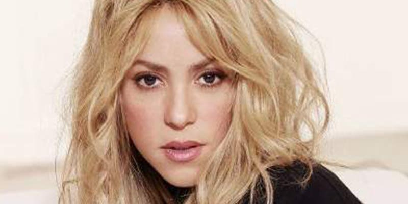 Shakira se despista y deja a la vista lo que lleva bajo su mini falda