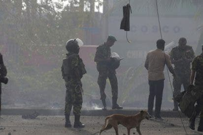 Momento exacto de una explosión cerca de una iglesia mientras se desactivaba una bomba en Sri Lanka