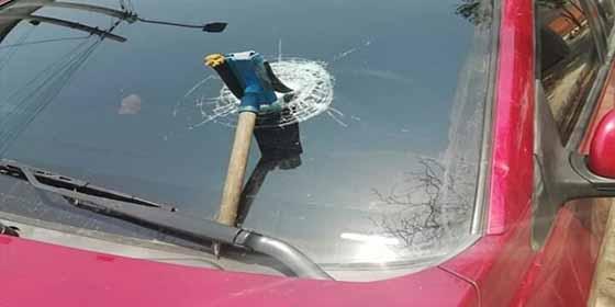 Limpiacristales le estalla el parabrisas a un vehículo porque le pagaron muy poco dinero