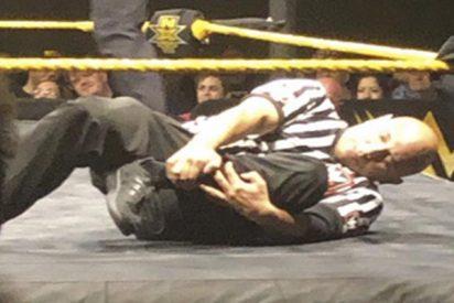 Réferi se parte una pierna en plena pelea de la WWE y continúa su labor hasta el conteo