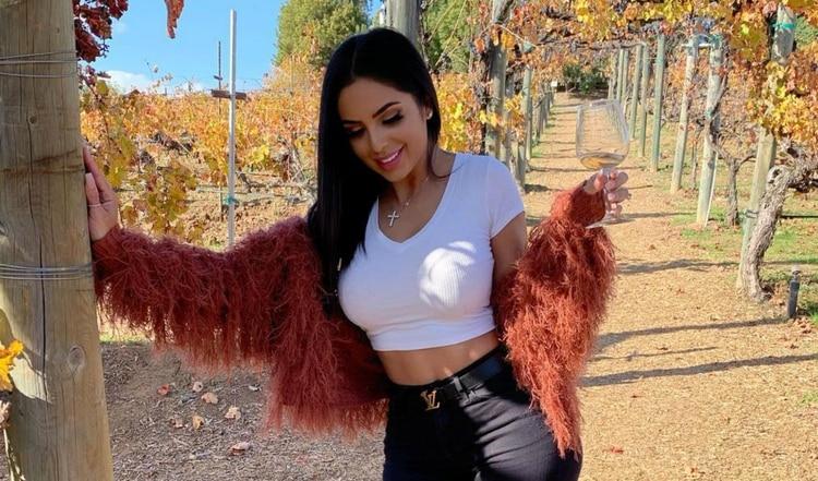 La hermosa youtuber Jackie Hernández se quita los implantes de senos y glúteos
