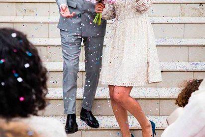 Una mujer en un apretado vestido arruina una bonita foto de boda